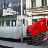 Charlie Checkpoint Berlin - Jedno z najbardziej znanych przejść granicznych.  Muzeum muru berlińskiego.